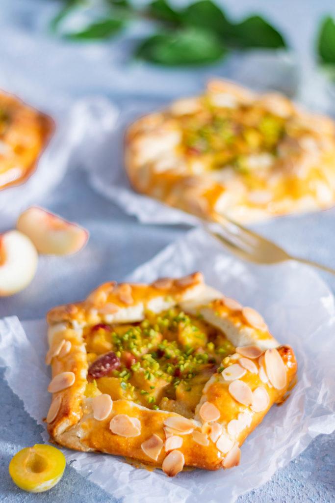 Galette mit Pfirsichen und Mirabellen