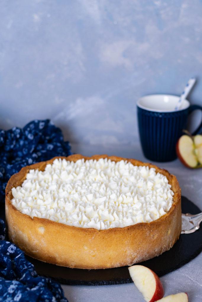 Apfelkuchen mit Pudding und Sahne